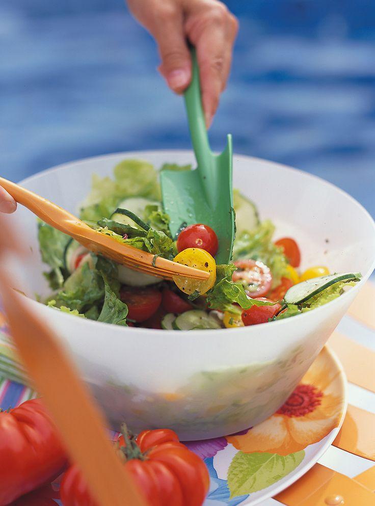 Recette de Ricardo. Une recette de salade verte à faire en été. Avec du concombre, des oignons, des tomates cerises, de la menthe. Une recette légère et rafraîchissante.