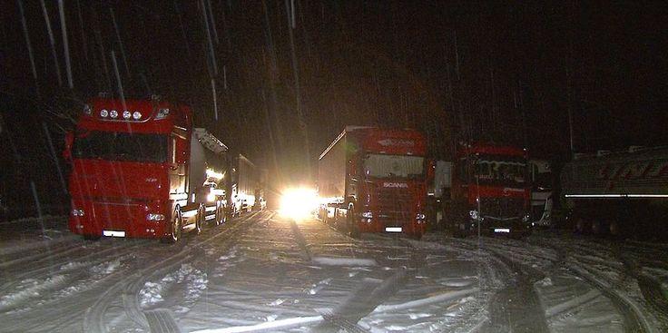 Im Harz sind Lkw durch Schnee und Eis stecken geblieben.