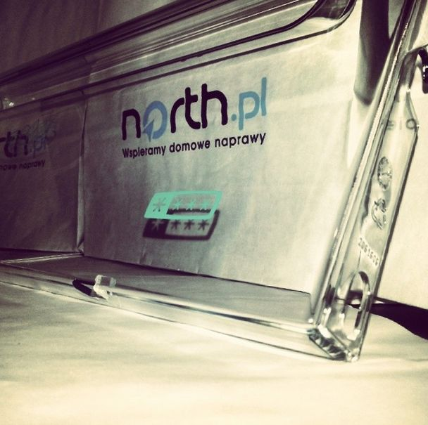 Klapę zamrażarki czeka wymiana :)   http://north.pl/czesci-agd/czesci-do-zamrazarek/drzwi-i-klapy-do-zamrazarek,g567211.html  North.pl - Wspieramy domowe naprawy  Sprawdź nasz kanał https://www.youtube.com/user/czesciagd  @northplofficial