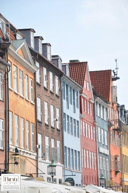 Binti Home Travels, kopenhagen, Copenhagen, Denmark, Denemarken, Nyhavn, coloured houses, house of colour, gekleurde huizen, kleur, huis, haven, yellow house, sky, photography by Binti Home