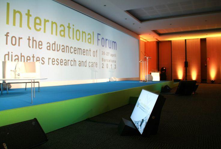 Alquiler de Monitores LED, LCD y plasma Monitoraje con soporte de cuña para refuerzo del ponente en congresos y eventos