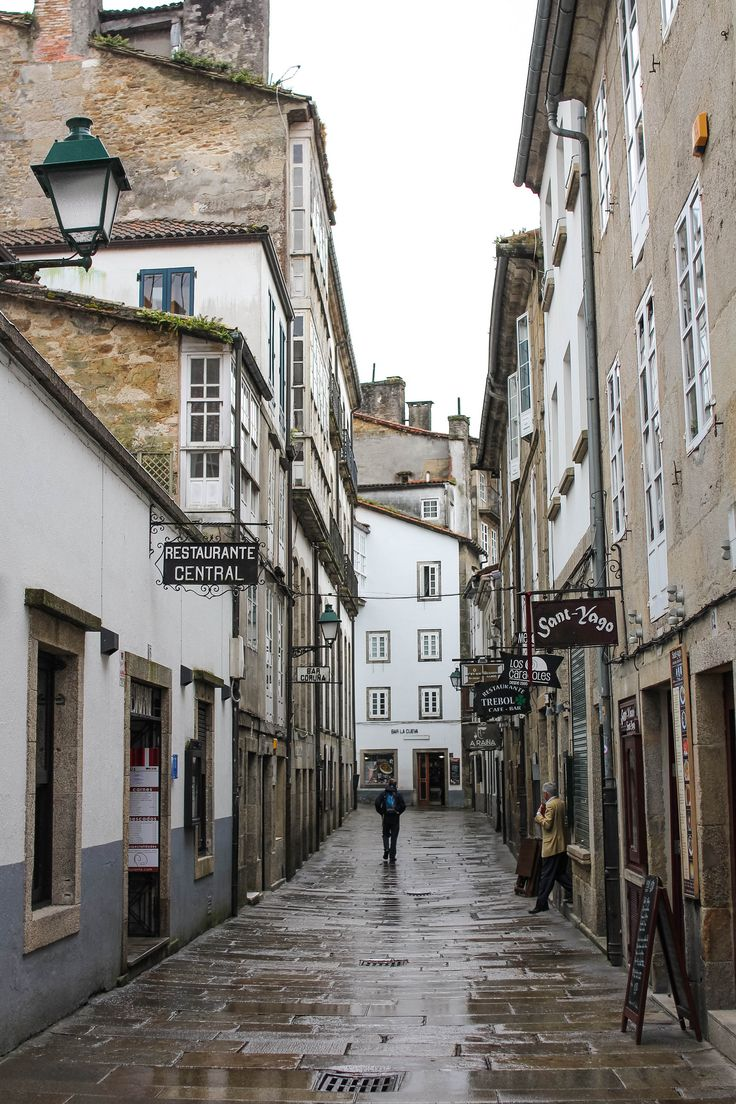 Calles mojadas en Santiago de Compostela, #Galicia #SienteGalicia #GaliciaCalidade     ➡ Descubre más en http://www.sientegalicia.com/