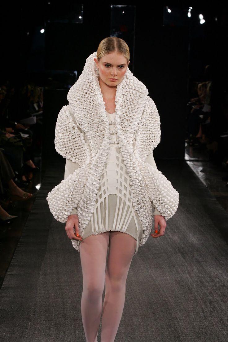 Il s'agit d'une robe en papier, il existe également une collection de haute couture dont les créations minutieusement achevées sont déchirées à la fin du défilé. - MINUTIE - DESTRUCTION
