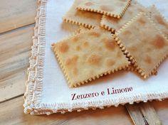 Questi crackers con farina di riso e farina di ceci sono delle sottili sfogliette molto croccanti, ottime come sostituti del pane e come veloce snack