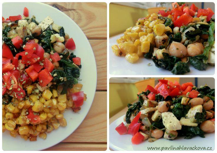 Dnešní inspirace na talíři: cizrnová pochoutka se špenátem, kousky uzeného tofu a žluto-červenou oblohou (kukuřice, paprika).  Křupavá oříšková cizrna a jemně česnekový špenát... tuhle kombinaci zbožňuju a často se k ní vracím. Pár základních ingrediencí, snadná příprava jídla a úžasný výsledek - krásné výživné a lahodné jídlo.