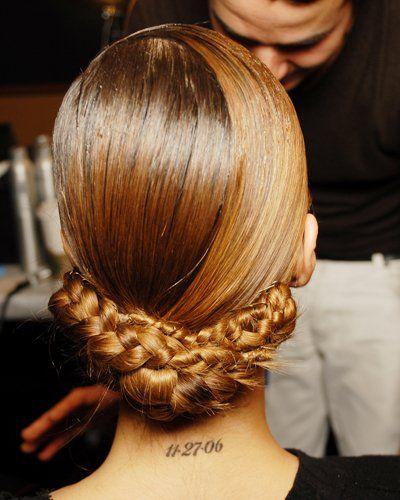 Von hinten: Die Haare werden erst mit einem Haarband zusammengehalten, und dann geflochten. Der Zopf wird dann horiziontal zum Haarband festgesteckt - auch hier brauchen Frauen mit dünneren oder kürzeren Haaren einen falschen Flechtzopf, damit der Look nicht mickrig wirkt (Bild: BST Photos)