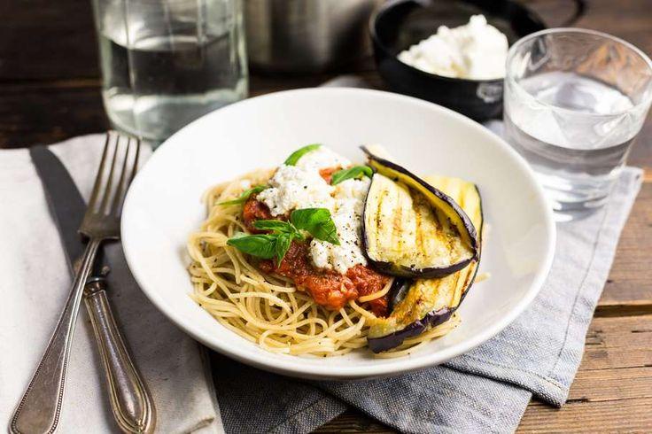 Spaghetti met geroosterde aubergine en tomatensaus