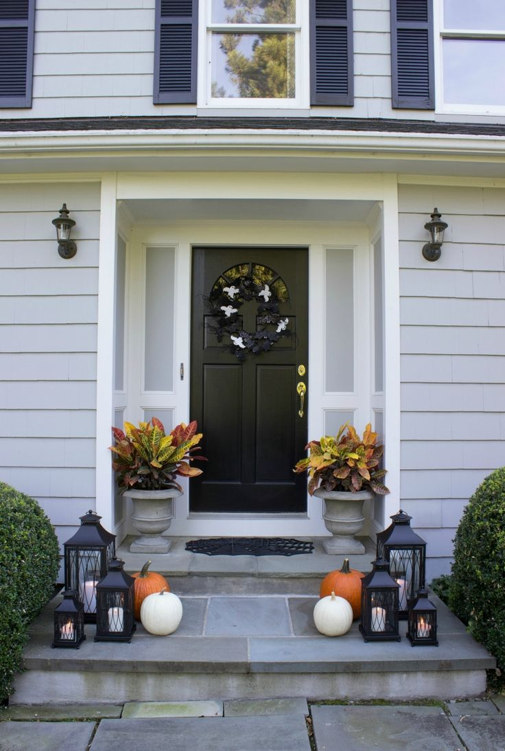 Simple, festive Halloween front porch - love!
