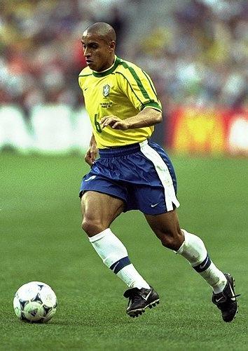 Roberto Carlos da Silva (Garça, São Paulo, 10 de abril de 1973), es un exfutbolista y entrenador brasileño. Durante su etapa como futbolista, jugaba de lateral izquierdo. Destacaba por su gran técnica, velocidad y fuerte remate, así como por sus potentes lanzamientos de falta. Roberto Carlos fue considerado el mejor lateral izquierdo del mundo en su época y uno de los grandes laterales de la historia del fútbol.