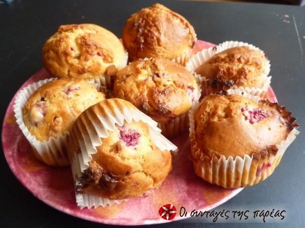 Muffins με λευκή σοκολάτα και φραμπουάζ