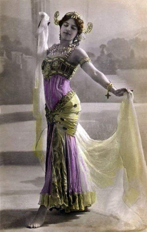 Mata Hari, conhecida por sua paixão pela dança do ventre, a usava como arma de sedução. Acusada de espionagem, foi condenada à morte por fuzilamento durante a Primeira Guerra Mundial.