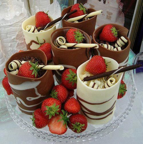 Doces de chocolate com frutas como  morango são saborosos.