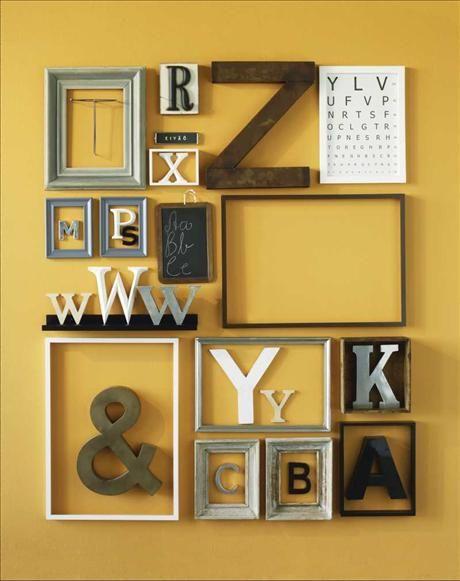 Tavelvägg med ramar och bokstäver. via Skona Hem