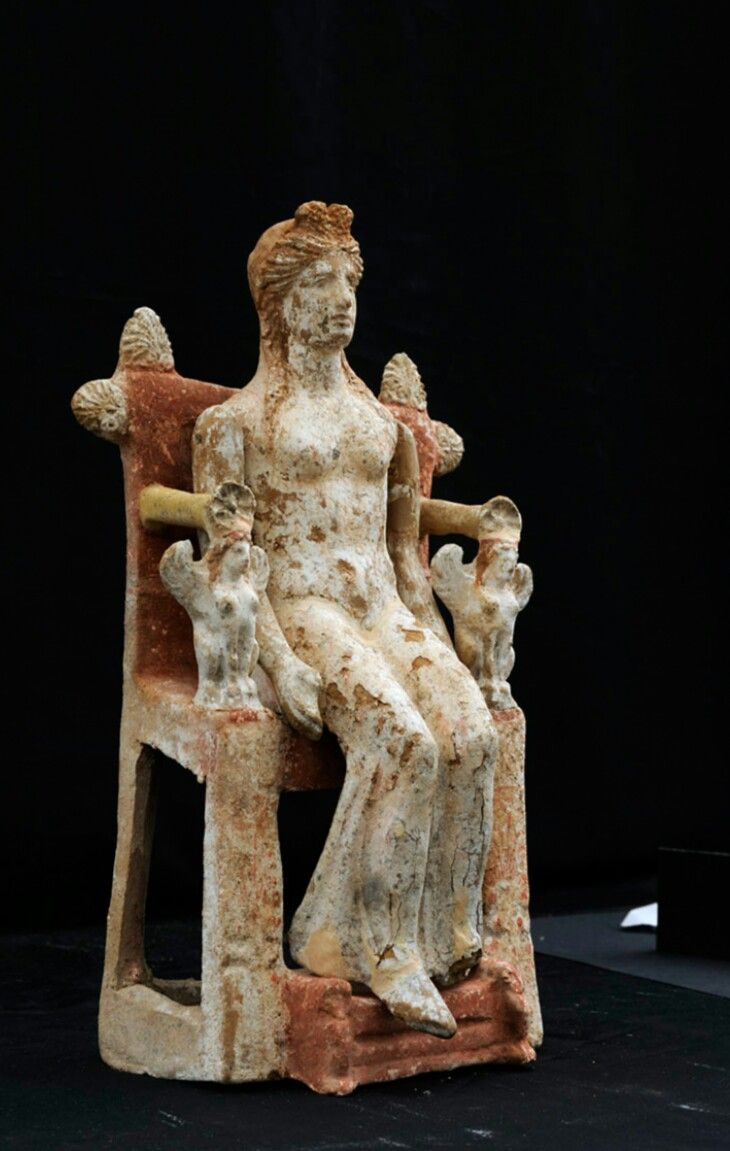 Greek statuette of a woman. 4th c. B.C. Arcaeological Museum of Thebes-Greece.