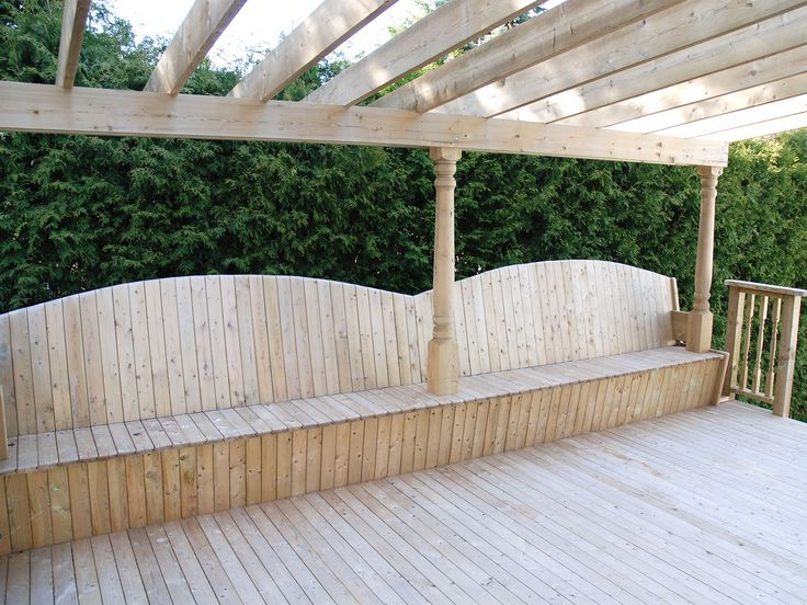 Terrasse et bancs en bois traité