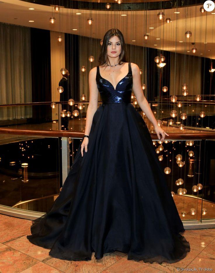 Look Emmy Internacional 2016: Camila Queiroz apostou em vestido com saia no estilo princesa e decote