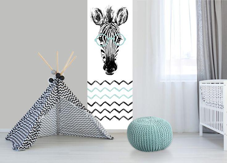 Gaaf behang voor de babykamer in mint groen en zwart. Dit leuke kinderbehang paneel heeft een schets van een zebra met bril en heeft scandinavische patronen.  Het behang is van topkwaliteit vlies gemaakt en heeft de afmeting: 75 cm breed en 260 cm hoog (inkortbaar).