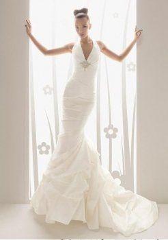 Une ligne de v-cou chapelle train satin des robe de mariage