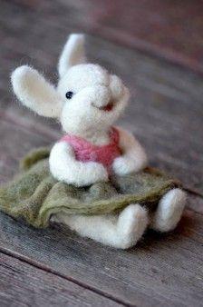 schattig, gevilt konijntje met vilten kleding aan
