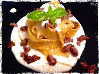 Pappardelle+al+pesto+di+zucca+con+salsiccia+e+fonduta+di+brie+al+miele+di+castagno