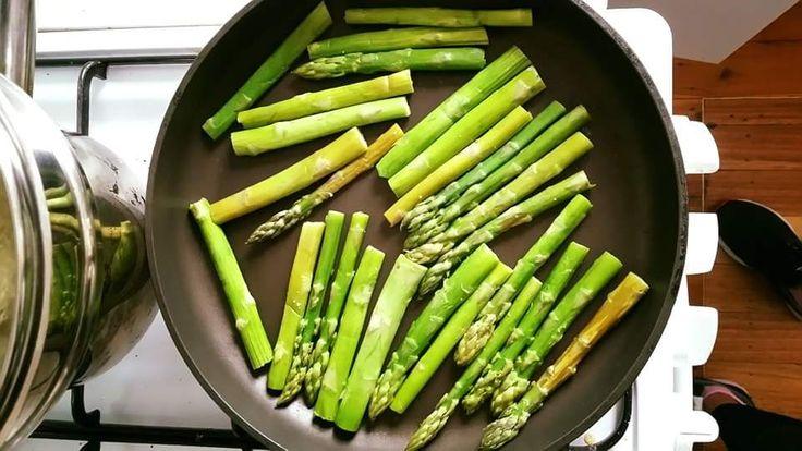 Я даже и не подозревала, что спаржа (asparagus) такая вкусная! Моем. Держим на пару 5 мин (но можно и без этого). Кладем на сковороду. Посып...