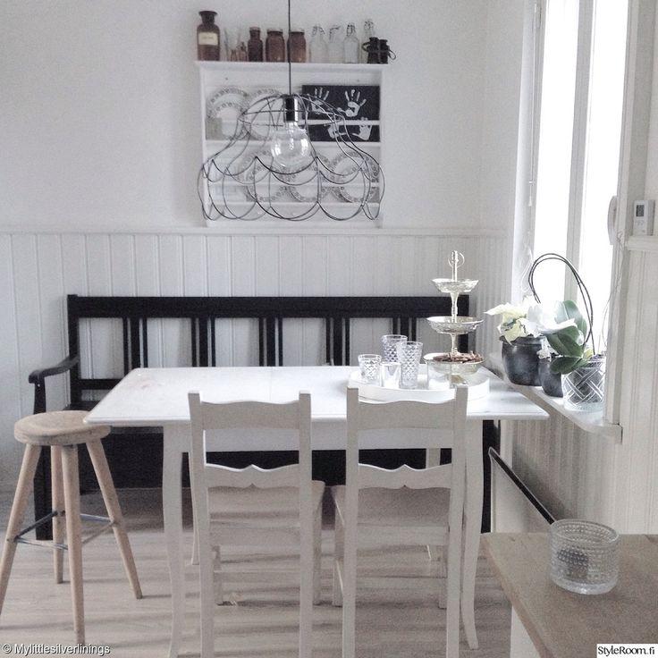 keittiö,keittiön sisustus,maalaisromanttinen,maalaisromanttinen sisustus,musta,valkoinen,astiahylly,kattovalaisin,ruokapöytä