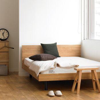 北米産ホワイトオーク材の無垢集成材を使った無垢材ベッド。こちらはヘッドボードが付いています。不均一さはありますが、ひとつひとつ個性が違った、味わい深い表情をしています。