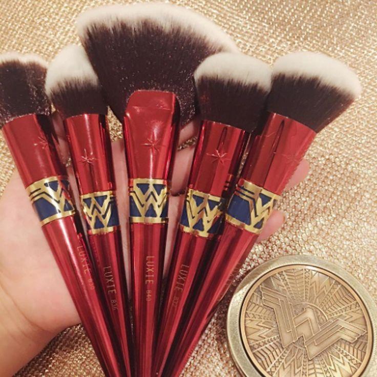 O Kit de Pincéis Babado Inspirado na Mulher Maravilha - http://www.pausaparafeminices.com/maquiagem/o-kit-de-pinceis-babado-inspirado-na-mulher-maravilha/