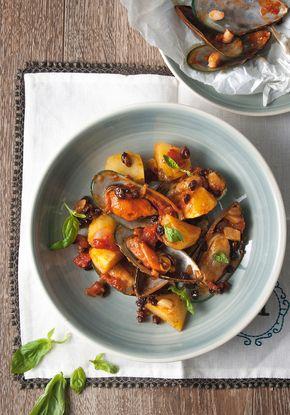 Μύδια μαγειρευτά με πατάτες και δεντρολίβανο