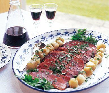 Rimmad oxbringa med jordärtskockor är ett smakrikt recept som du till stor del tillagar några dagar i förväg. Oxbringan kokas och läggs sedan i press över natten. Strax före serveringen skärs köttet i skivor och serveras med skockorna och persilja.