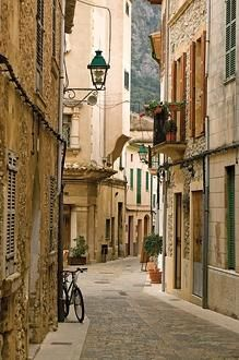 Mallorca-can't you see yourself just walking down this street while sipping a cappucino with your loved ones?