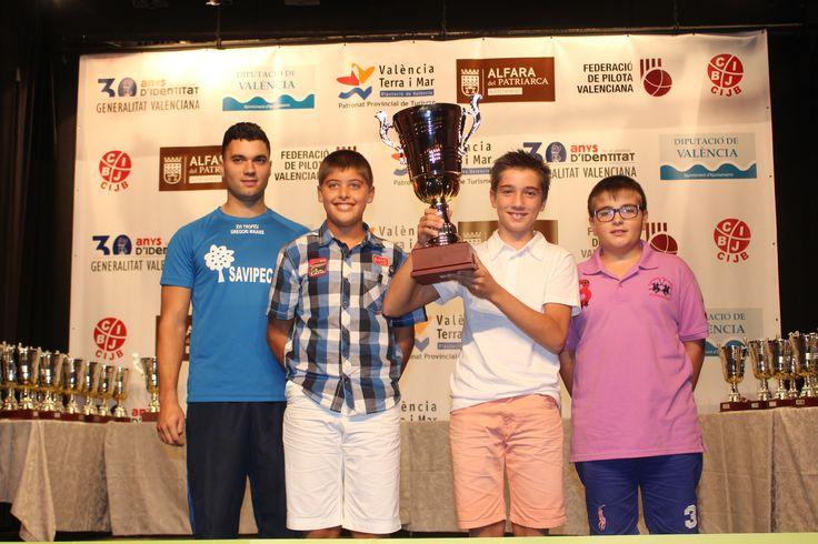 Las escuelas de pelota recogen los trofeos de los Juegos Deportivos de la CV.  Los alevines de Oliva recogiendo el trofeo de Marrahi