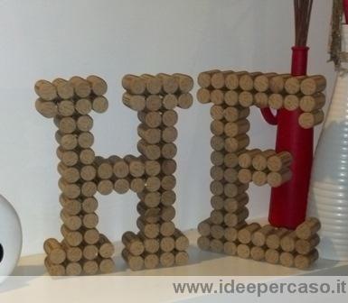 come fare lettere dell'alfabeto con i tappi di sughero, ecco un'idea per arredare low cost la nostra casa con il lettering