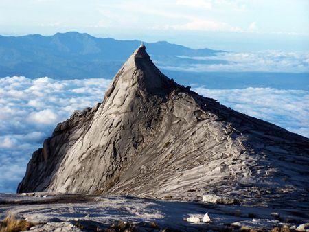 キナバル国立公園の中心にそびえるキナバル山。標高 4,095.2mのマレーシア最高峰のキナバル山です。