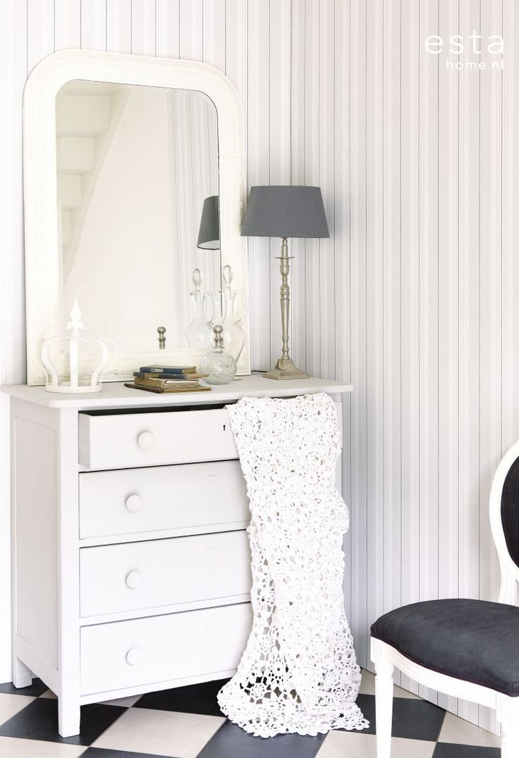 Esta tapetti Stripes on elegantti ja klassinen valinta - Esta wallpaper Stripes is an elegant and classic choice
