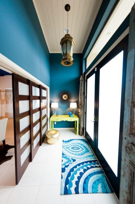 moderne Kombination - Deckenpaneele in Weiß und Wandfarbe Petrol-Blau