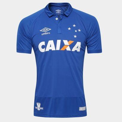 O torcedor cruzeirense vai estampar com orgulho as cores e o escudo da Celeste no peito com a nova Camisa Umbro Cruzeiro I 2016 s/nº Azul. Perfeita para vibrar nas arquibancadas e soltar o grito de gol. | Netshoes