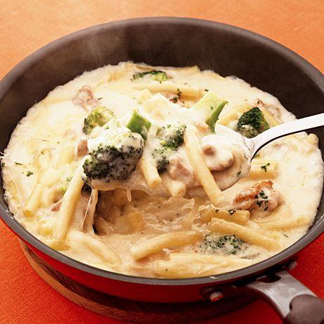 マカロニを別ゆでする必要なしで簡単!「チキンマカロニフライパングラタン」のレシピです。プロの料理家・浜内千波さんによる、とりもも肉、牛乳、ピザ用チーズ、玉ねぎ、ブロッコリー、マカロニなどを使った、558Kcalの料理レシピです。
