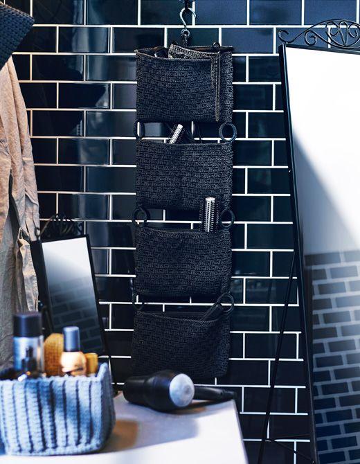 Vægopbevaring fyldt med hårprodukter i et badeværelse.