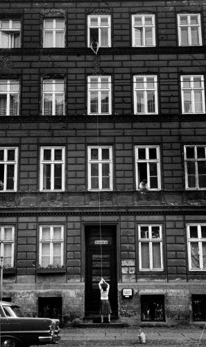 Päckchentransport vom West-Berliner Bürgersteig zu der Nachbarin im Ost-Berliner Mietshaus Brunnen- Ecke Bernauer Straße 8. September 1961