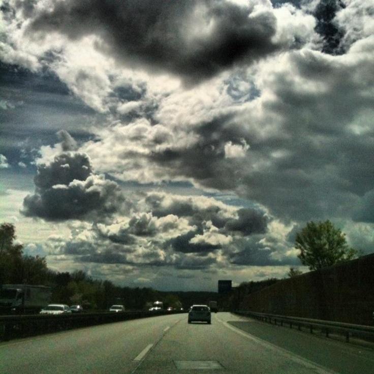 Ein Wolkenkrimi auf der A485 in Gießen.