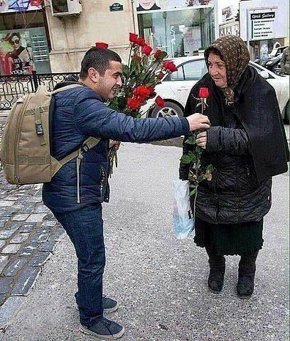 Это обычный парень, который раздает розы каждый год на 8 марта прохожим женщинам. #интересно