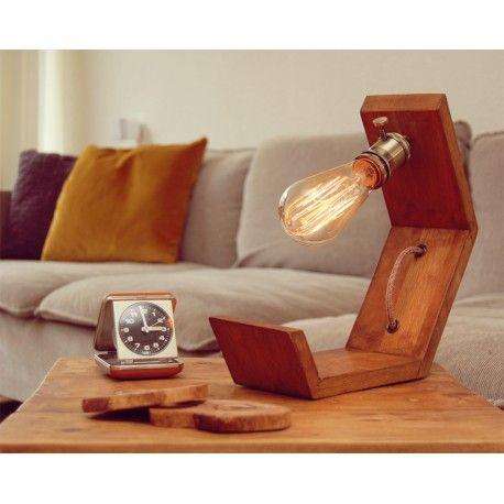 De lazy Sunday lamp is gemaakt van eiken hout in een mooie noten kleur, dit is een ware blikvanger op uw dressoir, bijzettafel of nachtkastje.  De lamp heeft een zware bronskleurige fitting met ingebouwde draaischakelaar, het roodbruine snoer in grof linnen met een lichte glitter en bruin katoen is van hoogwaardige kwaliteit en verwerkt in de lamp.