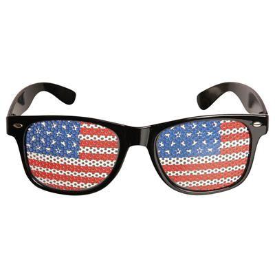 😎 Solbriller med det Amerikankse flag på linserne 99.00 DKK. USA brillestellet er sort og inspireret af de meget kendte Ray Ban Wayfarer solbriller. Se verden igennem disse Stars an Stripes briller og det hele ser lidt sjovere ud.  Wayfarer solbrillerne har røgfarvede linser, som giver et behagligt lys og stellet er fremstillet i plast.