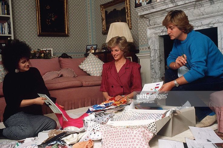 August 06, 1986: Fashion Designers David & Elizabeth Emanuel With Princess Diana In Her Sitting Room At Kensington Palace Choosing Outfits For A Forthcoming Royal Tour