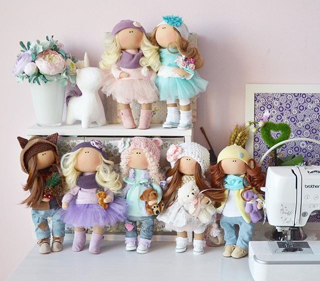 ⭐️Когда я была маленькой я в куклы не играла👶🏻❌👧🏻 Теперь уже я взрослая, но каааажется... я в детство впала🙃😋🙃 ⭐️Нитки, юбочки👗, цветочки🌸, мишки🐻, пуговки, крючочки🔗 Разложила я везде, на столе и на стене  Полки, стулья и столы, не туды и ни сюды🙈 Все вокруг лежит для дела  Вот житьё у куклодела🤓 ⭐️Вечерами🌙я строчу, пухом☁️☁️☁️набиваю А на утро☀️я уже в куколки играю☺️ Своё дело я люблю❤️, смыслом наполняю  Ведь не только для себя я куклы  cозидаю😎  Удивляйтесь моим успехам…