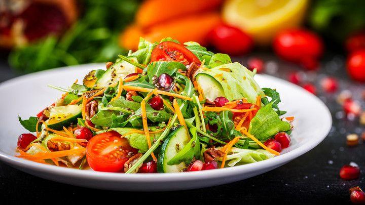 Bunt gemischter Salat mit Granatapfelkernen