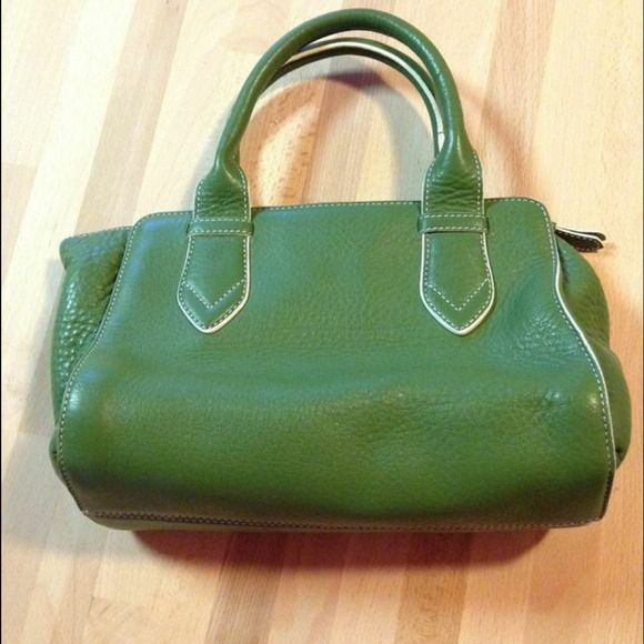 T1 Authentic Cole Haan purse. Authentic Cole Haan doctor bag, in very good shape leather looks excellent the only detail as you can see in the picture is the lining it is a little stained from putting in and taking out stuff. Cole Haan Bags