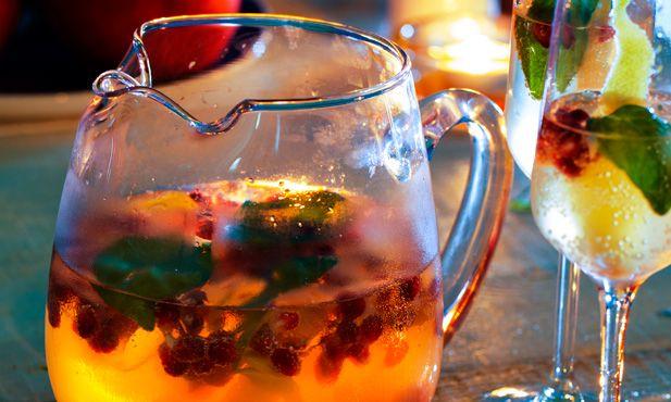 Sangria de espumante e romã, uma receita diferente e festiva. Os aromas da romã e do manjericão dão frescura e sabor a esta bebida perfeita para o verão.