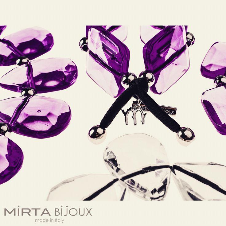 La collezione Mirta Bijoux è studiata per adattarsi a ogni tipo di abito e t-shirt per valorizzarlo e enfatizzarlo, nelle grandi occasioni ma anche e sopratutto nella vita quotidiana .